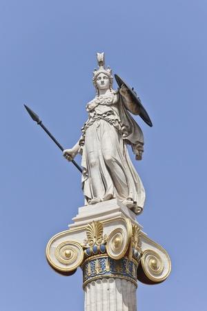 diosa griega: Atenea, la diosa griega en frente de la Academia de Atenas, Grecia Foto de archivo