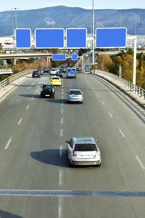 Auto's op de snelweg met lege directionele borden