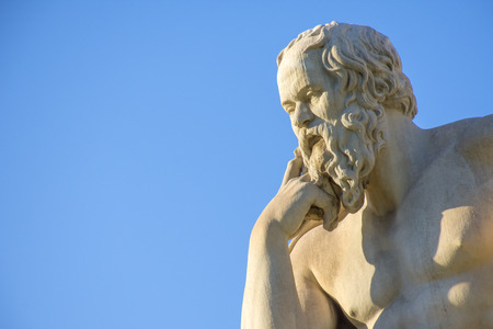 ギリシャの哲学者ソクラテスはアテネの国立アカデミーの前に