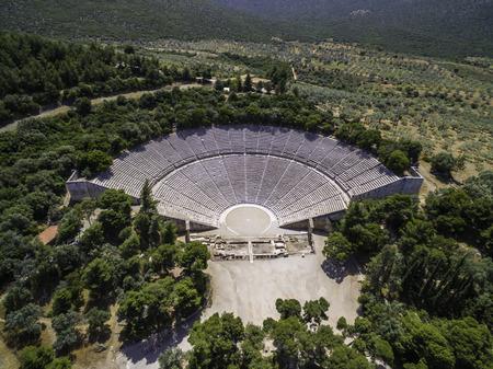 Vista a volo d'uccello del drone aereo del teatro antico Epidauro o Epidauro