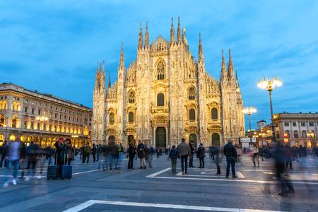 Piazza Duomo mit Menschen und Touristen und blauem Himmel in Mailand, Italien