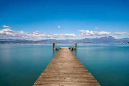 Una hermosa mañana sobre el lago de Garda, Italia