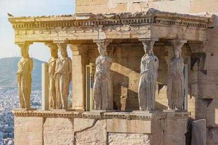 Detailfoto der ikonischen Karyatiden-Statuen in der Veranda der Karyatiden auf dem Akropolis-Hügel neben dem ikonischen Meisterwerk Parthenon, dem historischen Zentrum von Athen, Attika?