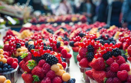 Yellow red raspberries and blackberries at a farmer s market 版權商用圖片