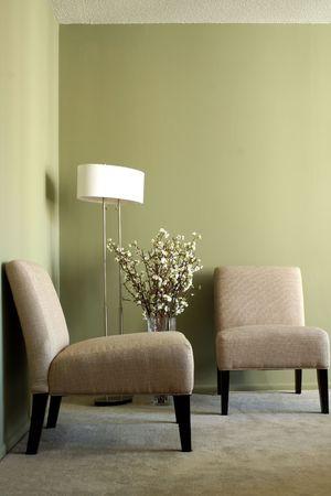 ランプや花瓶の花を持つ 2 つのカジュアルな椅子