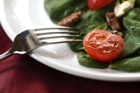 queso de cabra: Ensalada de tomate, queso de cabra y nueces confitadas  Foto de archivo