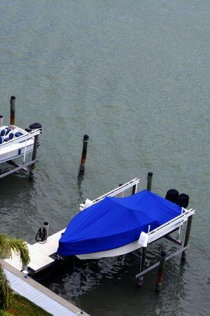 docked: Barco atracado