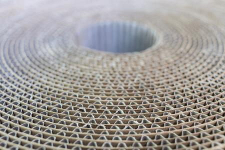 Ansicht von oben auf eine Spule Pappe schräg mit undeutlichem Hintergrund