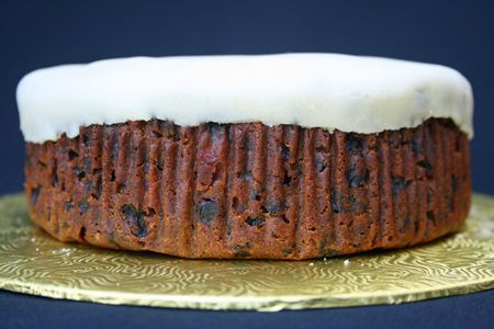 Fruit cake on a stand before being decorated. Imagens