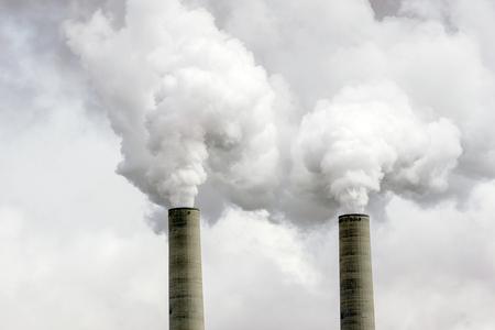 Las chimeneas de las centrales eléctricas de carbón emiten contaminación al aire