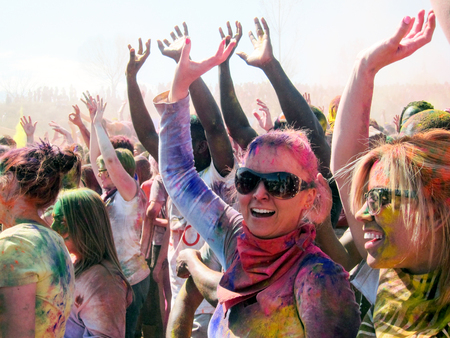 Happy Crowd Dancing at the Holi Color Festival in Spanish Fork, Utah Éditoriale