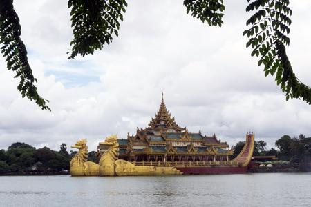 Karaweik Palace on  Kandawgyi Lake - Yangon, Myanmar Sajtókép