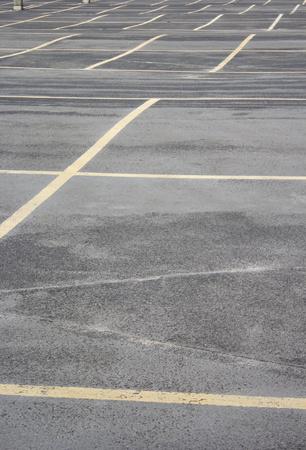 scheidingslijnen: Grungy foto van een scheidslijnen op de parkeerplaats. Stockfoto