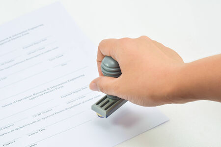 de hand stempelen op papier, goed te keuren