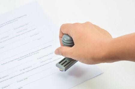 emboutissage: main estampage sur papier, approuvent