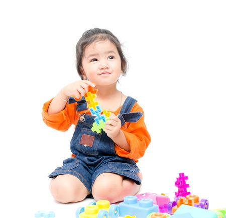 Geïsoleerde Aziatische jongen meisje spelen met speelgoed, witte achtergrond