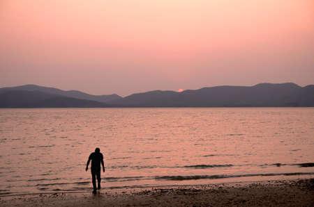 hombre solitario: Hombre solo caminar cerca del mar Foto de archivo