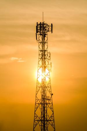 Communicatie toren op zonsondergang op de achtergrond