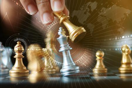 Gros coup de main de femme d'affaires en mouvement d'échecs d'or pour vaincre et tuer le roi d'argent échiquier sur l'échiquier blanc et noir pour le concept de gagnant et perdant de concurrence de défi d'affaires, mise au point sélective sur la profondeur de champ, HUD et lightin Banque d'images