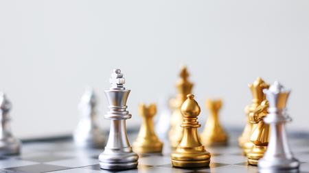 ゴールデン ショットし、黒と白のチェス ボードゲームで銀チェス選択フォーカス フィールドの浅い深さをクローズ アップ 写真素材