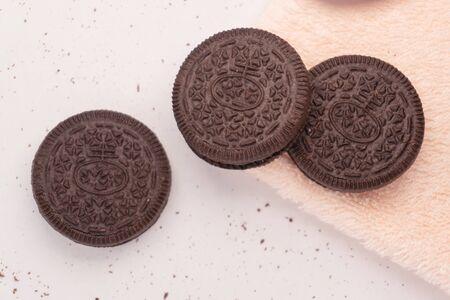Tre biscotti composti da due wafer al cioccolato con un ripieno di crema dolce in mezzo