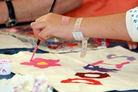 ragazza malata: Malato ragazza di pittura in un ospedale