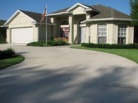 driveways: Shot of a beautiful house in Deltona, Florida.