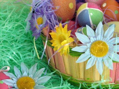 Shot de un decorado tradicional Pascua cesta con algunas flores y varios huevos, muy colorido.  Foto de archivo - 327373