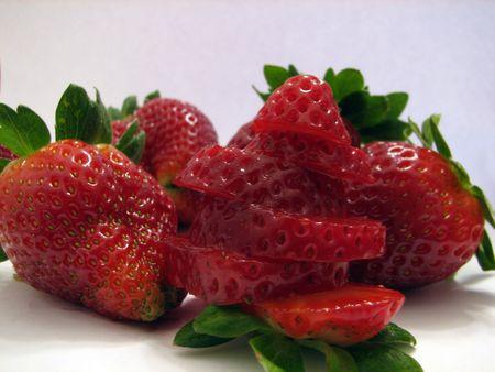 Shot de quelques fraises sur blanc ..., l'un d'eux est en tranches. Banque d'images - 331018