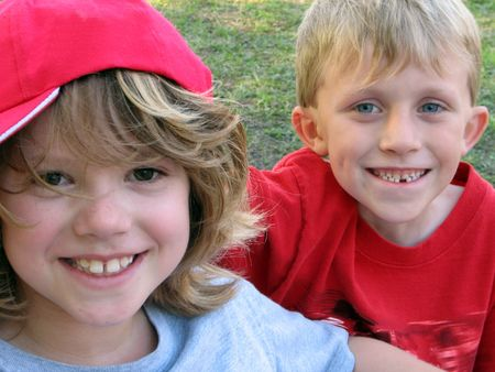 chłopięctwo: Portret dwóch młodych chłopców.