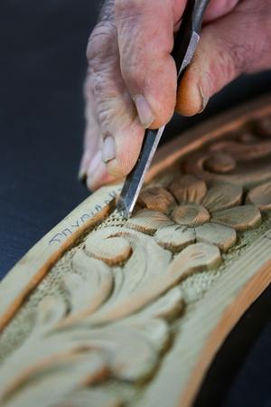 cincel: manos de ebanister�a cincel para tallar sobre un pedazo de madera