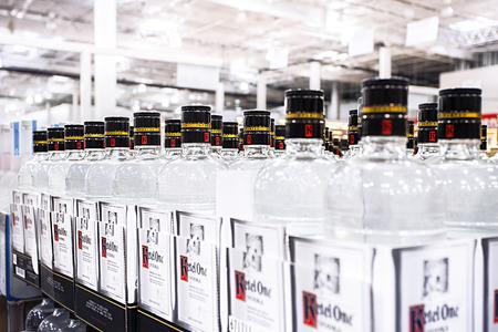 UNION CITY, CA- VS MAART 2014 - Geïmporteerde Vodka's staan ??op de schappen Stockfoto - 27654602