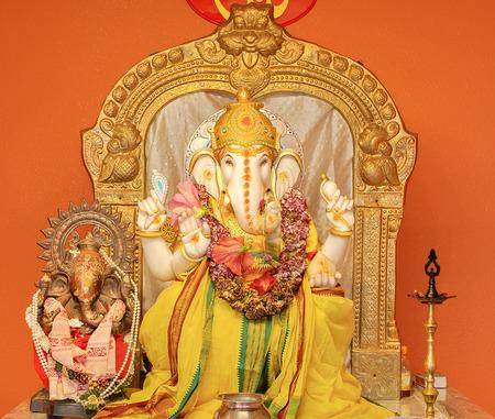 ganesh: Ganesha ídolo en el templo hindú. El Señor de Éxito, hijo de Shiva y Parvati, destructor de males y obstáculos. Él también es adorado como el dios de la sabiduría y la riqueza del conocimiento de la educación.