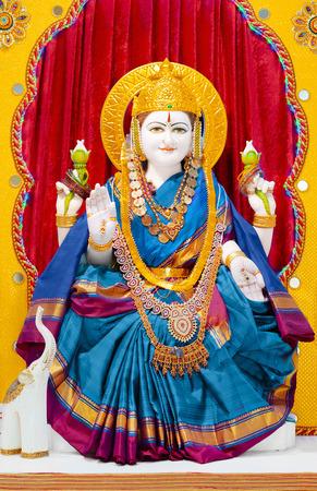 Godin Lakshmi in hindoeïstische tempel. Godin Lakshmi betekent Good Luck aan hindoes, is de godin van rijkdom en welvaart. Lakshmi is de huishoudelijke godin van de meeste hindoe gezinnen en een favoriet van de vrouwen. Stockfoto - 45258001