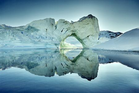 ijsberg drijvend in groenland fjord.
