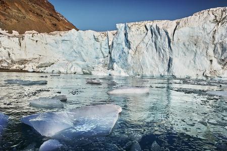 グリーンランドのフィヨルドに浮かんでいる氷山。