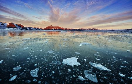 그린란드 피 요 르 드에 떠있는 빙산.