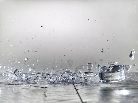 leeg glas breken op een stenen vloer. Stockfoto