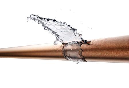 złamana rura wycieka woda, na białym tle. 3d ilustracja