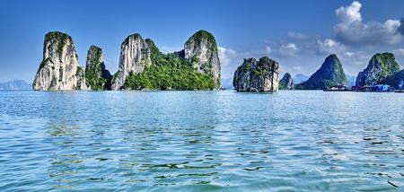mooie groene kalksteenbergen in halonbaai Vietnam Azië. Stockfoto