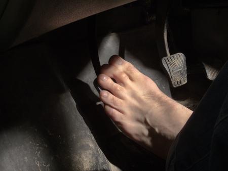 Nackten Fuß auf dem Kupplungspedal Standard-Bild - 53820604