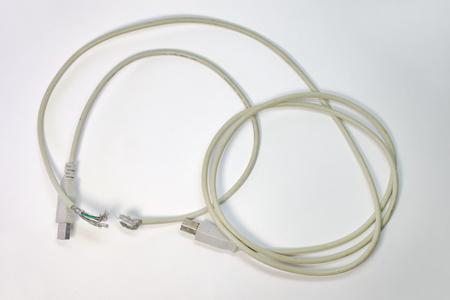 usb ケーブルの途中で休憩を配線します。シールド メッシュと配線を突き出してください。 写真素材