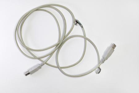 ぼろぼろのUSBワイヤー。USBプラグ。白い背景に 写真素材
