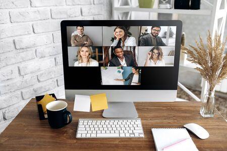 Appel vidéo. Conférence zoom en ligne. L'équipe commerciale s'est réunie pour une réunion en ligne dans l'application Zoom. Sur un écran d'ordinateur, un groupe de personnes en ligne