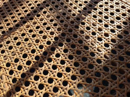rungs: Rattan ca�a de asiento de la silla tejida en la luz del sol con las sombras de pelda�os Presidente de respaldo