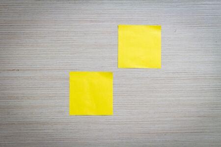 adjuntar: Amarillo nota adhesiva adjunta a una pared de madera Foto de archivo