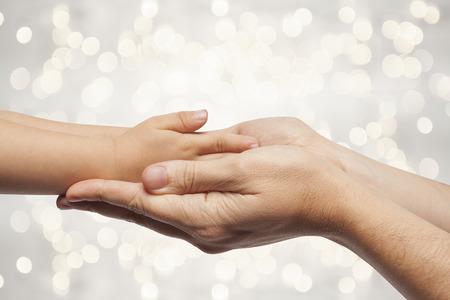 père et fils se tenant les mains sur la belle lumières de Noël fond