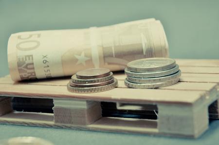Effet de photo vintage rétro des billets en euros et de l'argent de pièce de monnaie sur la palette. macro photo monnaie européenne. Banque d'images - 69759431