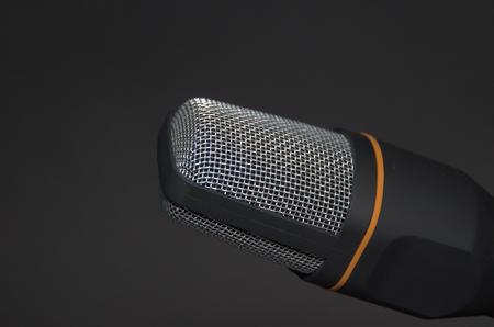 Nouveau dispositif d'enregistrement de microphone moderne sur fond noir. Banque d'images - 69894553