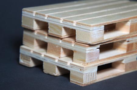 Vue rapprochée des palettes en bois. Structure de transport plat Banque d'images - 69861115